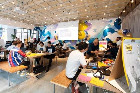 東京・港区の「THE CORE KITCHEN/SPACE」で開催したハッカソンの模様。日本人や日本に留学中の外国人の約30人が参加した
