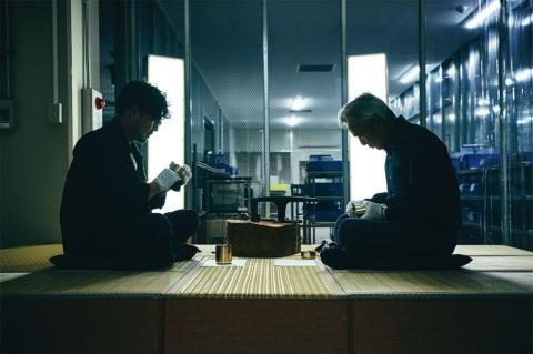 パナソニック アプライアンス社の宇都宮工場に工房を再現。開化堂の5代目と6代目が、蓋の開閉具合を微調整して仕上げた