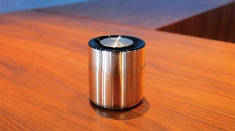 パナソニックが開化堂と作ったワイヤレススピーカー「響筒」。蓋を閉じた状態(上)と外した状態(下)。高さ91.5×直径80ミリメートル。約500グラム。100台限定。30万円(税別)