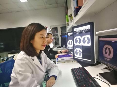 中国でもトップクラスの医療レベルと規模を誇る首都医科大学附属北京友誼病院。この病院で医療画像診断を担当している張暁潔(Amie Zhang)医師はこの1~2年、INFERVISIONのAI医療画像診断支援システムを活用し、同システムの診断精度向上に取り組んでいる