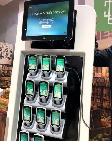実際の店舗で置かれる米NCRのセルフチェックアウト用モバイルPOS