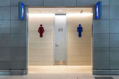 トイレの居心地が良くなったことが新たな問題を生んでいる (c)Shutterstock