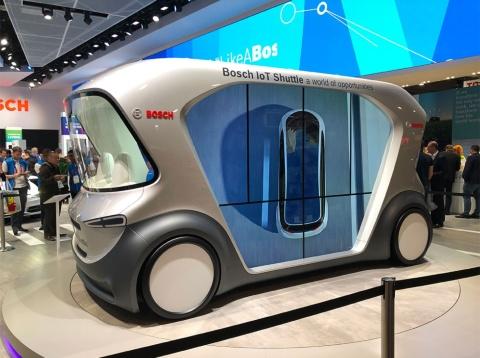 独ボッシュが世界初出展したドライバーレスEVシャトル。車両の予約、料金の支払い、他の乗客とのシェアに必要なハードとソフト、新しいデジタルサービスも合わせて提案