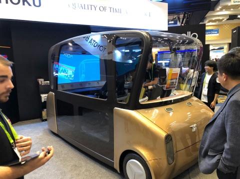 トヨタ紡織が展示した自動運転コンセプト「MOOX」。ビジネスやエンターテインメントなど、様々なサービスで空間活用されることを想定し、自由自在なシートレイアウトが可能