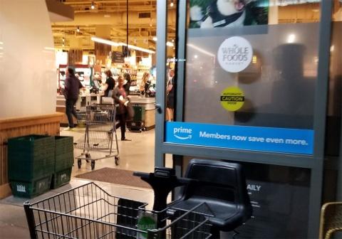 ホールフーズ本店の入り口。プライム会員は割引きが受けられる旨を掲示している