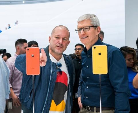 ジョナサン・アイブCDO(左)と、ティム・クックCEO(2018年9月、出所/アップル)