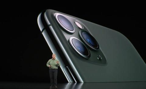11 Proは背面に特性の異なる3つのレンズを備えた