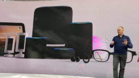 ハードウエア製品を発表する、米アマゾン・ドット・コム デバイス&サービス担当シニア・バイス・プレジデントのデイブ・リンプ氏