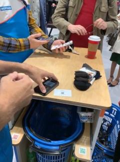 デカトロン・サンフランシスコ店にある決済用カート。下の籠に商品を入れるだけで、即座に合計金額を算出できる
