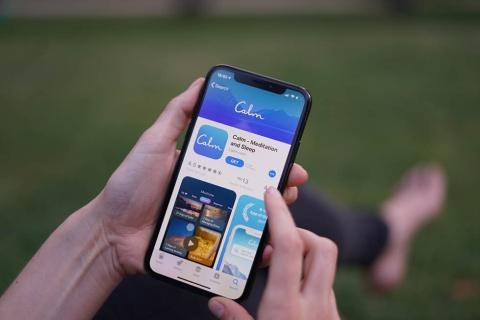 スマホ用アプリの利用が増えている。写真はリラクゼーション用アプリ「Calm」(出所/Shutterstock.com)