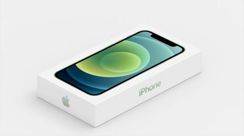 iPhone 12の商品パッケージ。電源アダプターとイヤホンの同こんをやめた結果、小型になった(出所/米アップルの発表会動画)