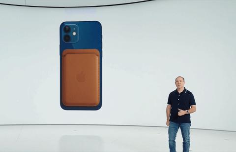 きょう体に内蔵した磁石によって、カードケースなどのアクセサリーを装着可能にした(出所/米アップルの発表会動画)
