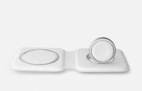 MagSafe対応の充電器。右側の接点でApple Watchを充電できる。折りたたんで持ち運びが可能(出所/米アップルの発表会動画)