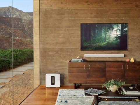ソノスのスピーカー「Arc」。バー型で映画などを楽しむのに適している。テレビの下部にある白いバー型のきょう体が本体、左下の床に置いてあるのが重低音用のウーファー(出所/米ソノス、以下同)