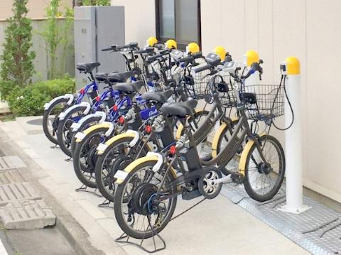 ベルニクスのレンタル事業向け電動アシスト自転車と給電ステーション。このときの給電方式はワイヤレスだけでなく有線方式も用意し、事業者が選べるようにした
