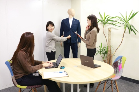 ワークウェアスーツの開発風景。男性向けの作業着にも女性の目線を取り入れている