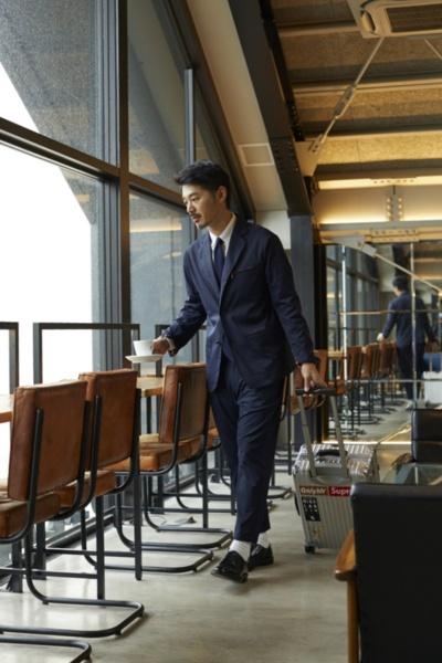 ワークウェアスーツのイメージ画像。写真はビジネスパーソンをターゲットにした新ライン「YZO」を着用したところ。18年11月に販売した。もはや作業着のイメージはない