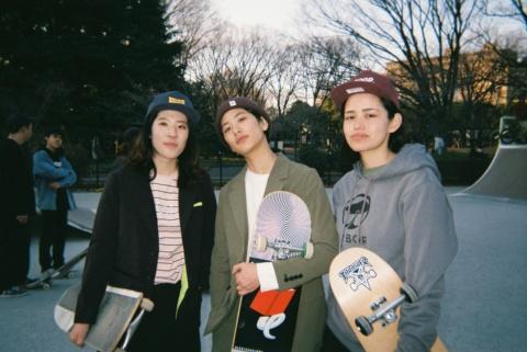 19年3月に発表した新ブランドの「MNT(エム・エヌ・ティ)」は男女の区別をなくすなど、新しい事業展開を狙った(写真の左2人が着用)