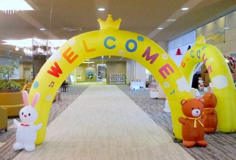 ロイヤルホテル那須に入ると、ロビーには子供向けに「WELCOME」と描かれたバルーンがある。これも従業員が買って飾りつけた