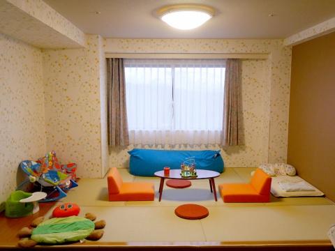 当初は従業員たちが客室の改装を手掛け、大型家具店などで子供が喜びそうな備品を購入して設置していた。通常の客室に比べて遊び心がある。窓の位置で改装前後の様子を比較できる