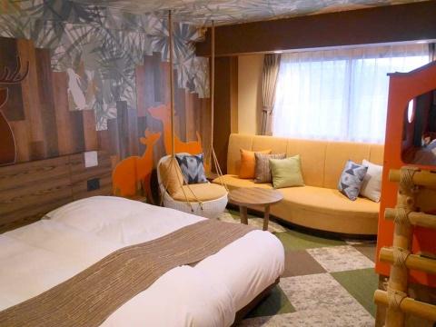 三井デザインテックによって改装された4階の客室「サファリキッズ」。備品を置くだけでなく、空間全体を思い切って変えた。見直したのは内装だけなので、大きなコスト増はないもよう