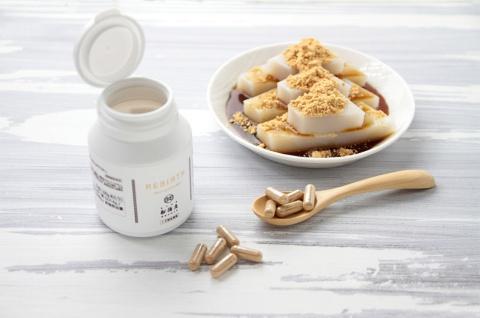 くず餅の乳酸菌で作ったサプリメント「REBIRTH(リバース)」(写真左)と船橋屋の「名物 くず餅」。30代から60代の8人によるモニター調査では、3カ月間の摂取で悪玉菌が大幅に減少し、善玉菌の割合に改善がみられたという