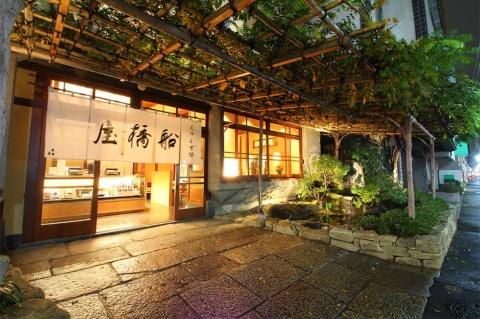 東京・亀戸天神前本店の外観。くず餅やあんみつが食べられる喫茶室も併設している