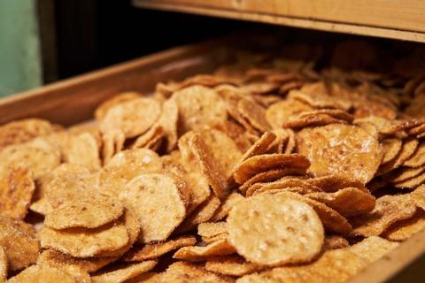 笠原製菓は生産コストを抑えるために、新商品の開発にも知恵を絞った。そこで割れせんべいを生かした商品のアイデアも考えた(写真/名児耶 洋)