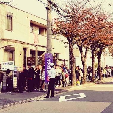 工場で直販していたときの写真。連日、多くのお客が列をつくって買い求めた
