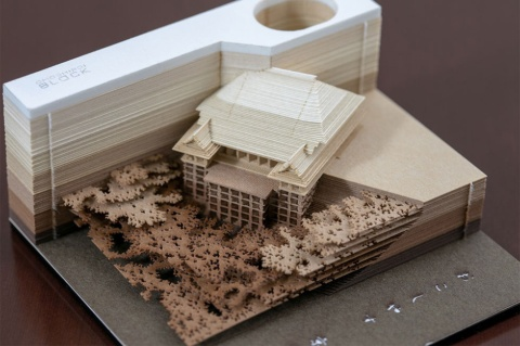 トライアードのメモパッド「OMOSHIROI BLOCK」。1枚のメモ用紙の大きさが85×82ミリメートルで、標準小売価格は1万円(税別)。人気は清水寺本堂が出てくる「Kyoto」シリーズだ(写真/丸毛 透)