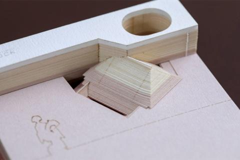 めくっていくとメモ用紙の切れ目に応じて清水寺本堂が少しずつ出てくる(写真/丸毛 透)