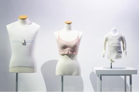 G20大阪サミットの「Japan Innovation Lounge」に展示したミツフジのウエアラブルソリューション「hamon」。導電性の繊維「AGposs(エージーポス)」を使用した下着で着用者の生体情報を取得し、ストレスなどを可視化できるようにした。下着に装着した小型発信機で生体情報を送信する
