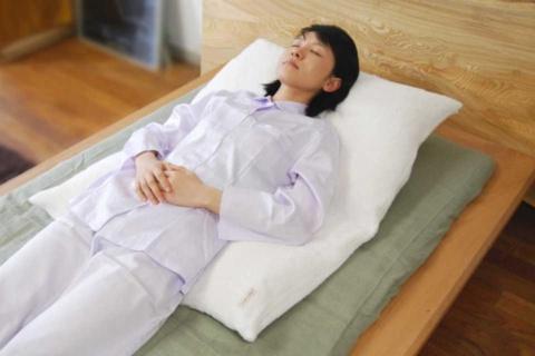 逆流性食道炎に対応するため、寝る姿勢を保持できるようにした寝具