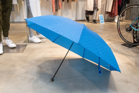 「カーボンテクノロジーポータブルアンブレラ」は、見た目は通常の折り畳み傘と変わらないが、最大の特徴は軽量であること。サイズは50センチと60センチがある