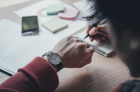 1時間の商談はスライド13~14枚。スライド全体を作る作業に2時間をかけるとすると、1枚につき10分ほどしかかけられない計算となる