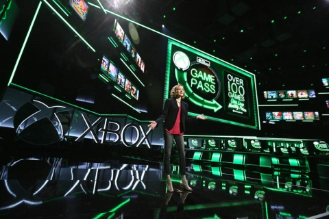 E3でXbox Game Passについて発表するエンジニアリング部門のAshley Speicher氏