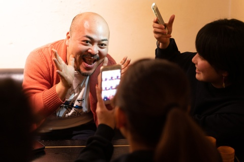 座談会の途中で、原田氏がTikTokの動画撮影に初挑戦。その仕上がりは……(記事途中で動画を掲載)