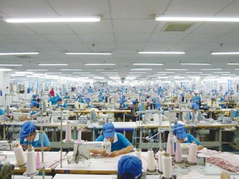 「1円でも安く」を追い求め、ワークマンは素材や製法ごとに委託工場を分けて量産している。写真は中国の縫製工場