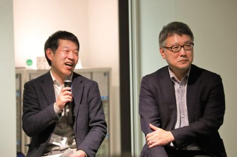 日経クロストレンド編集長の吾妻拓(右)と、ファシリテーターを務めた同編集部副編集長の酒井康治(左)