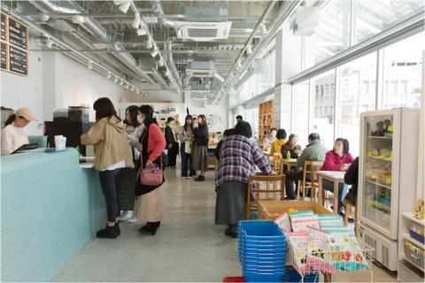尾道駅新駅舎にオープンしたカフェ&ショップ「おのまる商店」。レンタサイクルも扱う。プロデュースはフードハブ・プロジェクトの真鍋太一氏、内装設計はランドスケーププロダクツが手掛けた
