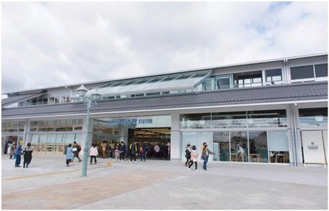 新しい尾道駅は、延べ床面積2150平方メートルの鉄骨2階建て。アトリエ・ワンがデザインを監修した