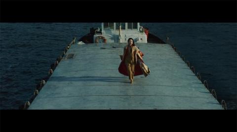 船上を力強い足取りで歩く新垣に引きつけられる「Life is a Revolution.」。どういう設定なのかと気にならずにはいられない