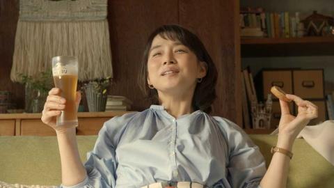 石田ゆり子は「お土産編」でさつま揚げと一番搾りの相性の良さをアピール
