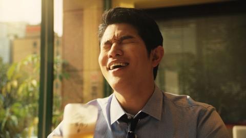 """鈴木亮平は早く仕事が終わって、まだ明るいうちに直帰するサラリーマンの設定。""""ビールと直帰する幸せ""""に浸る"""