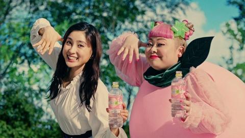 2019年3月にリニューアル発売した「い・ろ・は・す」のフルーツフレーバーのCMから土屋太鳳(左)と渡辺直美(右)を起用した