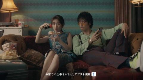 2017年からIndeedのCMキャラクターを務める泉里香(左)と斎藤工(右)(写真は最新作「ステイホーム」編)