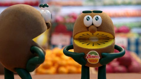 17年「『甘さも、栄養も、たっぷり!』ゼスプリのシールは」篇でキャラクターとブランドとの関連性を強くアピール