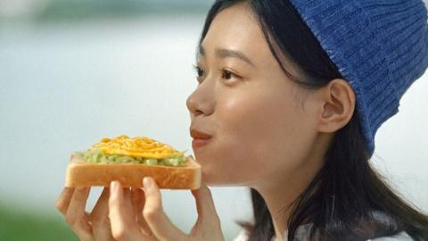 おいしそうに食べる側でターゲットに魅力を伝える