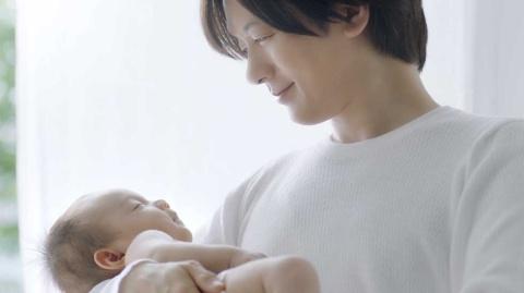 大王製紙「グーンプラス」のCMに出演するDAIGO(『敏感な肌に』篇)