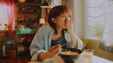 ラーメン好きを公言する本田翼がおいしそうにすする宮崎辛麺のCMは、「おいしそう」と商品自体への興味を喚起した